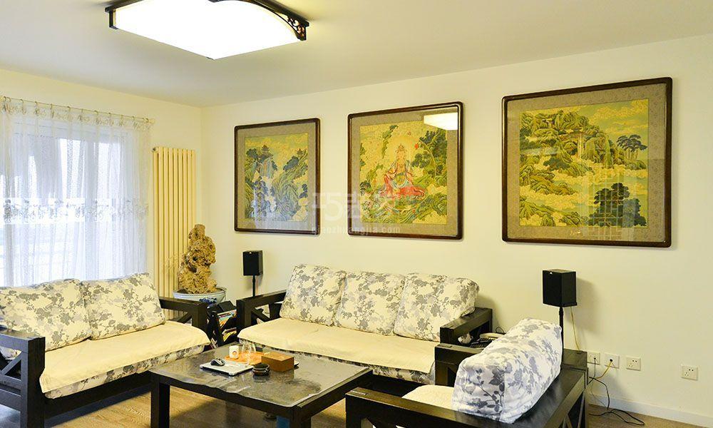 电视背景墙采用微晶石地砖上墙工艺,两侧雕花隔断内衬黄镜,使空间既